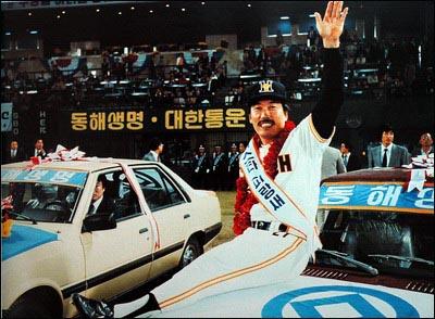 83년 한국시리즈 MVP로 선정된 김봉연 83년 한국시리즈 MVP로 선정된 김봉연